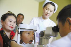 先天眼睛失明,妈妈失火丧生,爱心接力,孩子到医院接受检查!